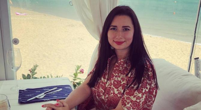 Палавата сексоложка Наталия Кобилкина пътува край морето на автостоп, пише