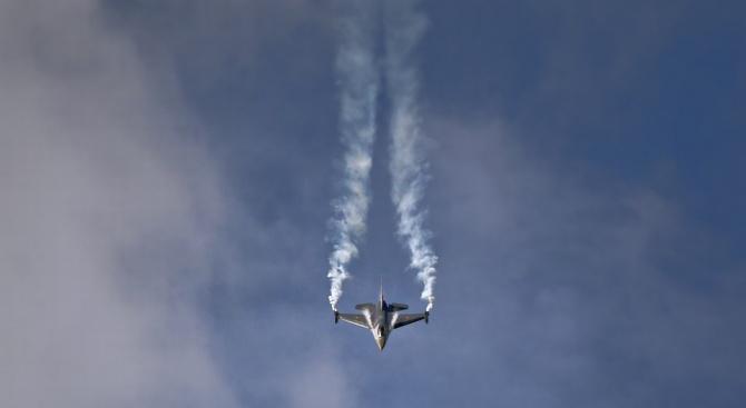 В Швеция потушиха горски пожар с изтребител Gripen (видео)