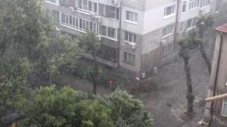 Силна гръмотевична буря удари Бургас (снимки)