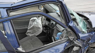 22-годишен шофьор е с опасност за живот след челен удар в друг автомобил