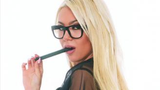 Момиче на Playboy иска да я капят с восък