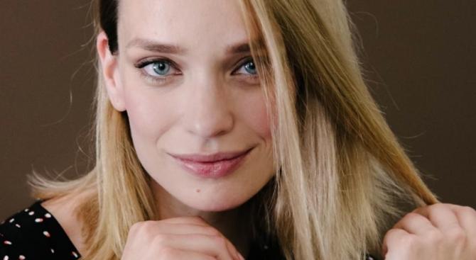Ирена Милянкова кърми едновременно двете си момиченца (снимки)