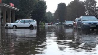 Пороен дъжд в Мездренско, река излезе от коритото си (снимки)