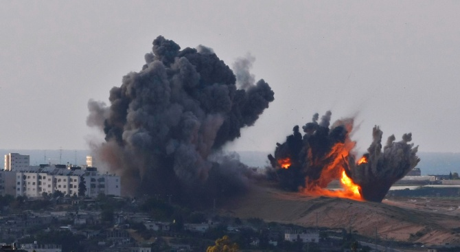 Бойци от палестинското ислямистко движение Хамас изстреляха вчера десетки ракети