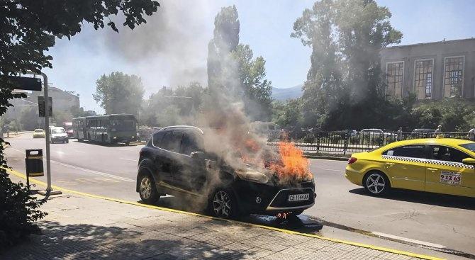 """Кола пламна на """"Цариградско шосе"""" в София"""