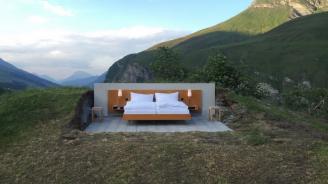 Хотелска стая без покрив и стени посреща гости в Алпите