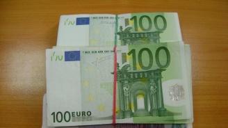 Близо 50 бона контрабандна валута спипаха митничари (снимка)