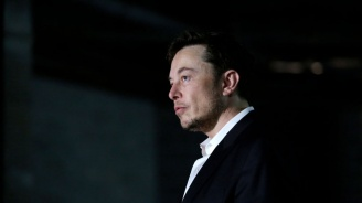 """Илон Мъск обмисля да направи """"Тесла"""" частна компания"""