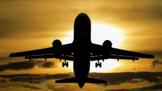 Паника в Сиатъл: Механик открадна самолет и катастрофира (видео)