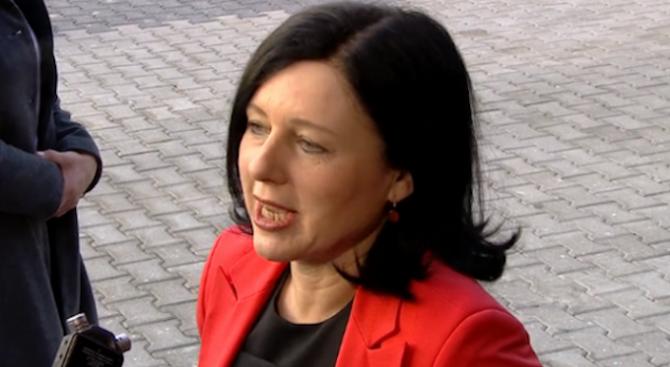 Европейският комисар по правосъдието Вера Йоурова призова румънското правителство да