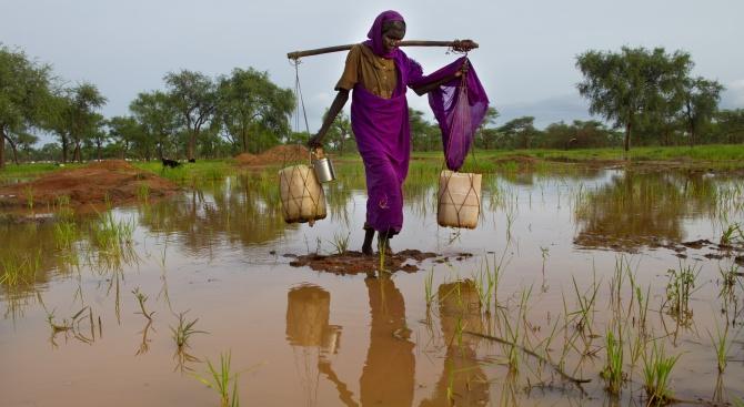 Най-малко 23-ма души са загинали при тежките наводнения през последните