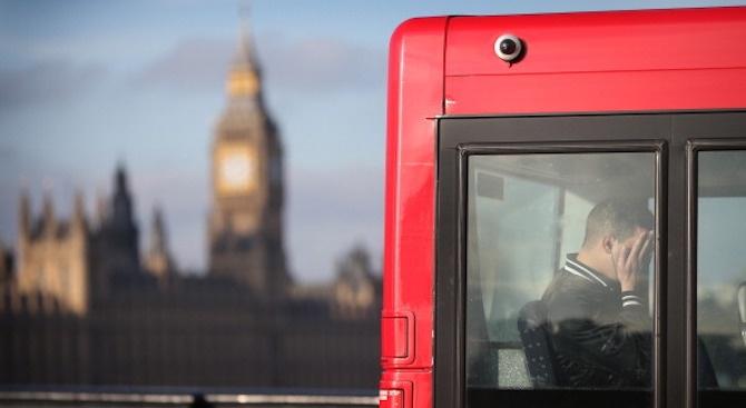 Междуградски автобус се преобърна близо до Лондон, 41 души, сред