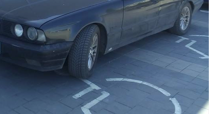 Нагъл шофьор зае две инвалидни места на паркинга на хипермаркет