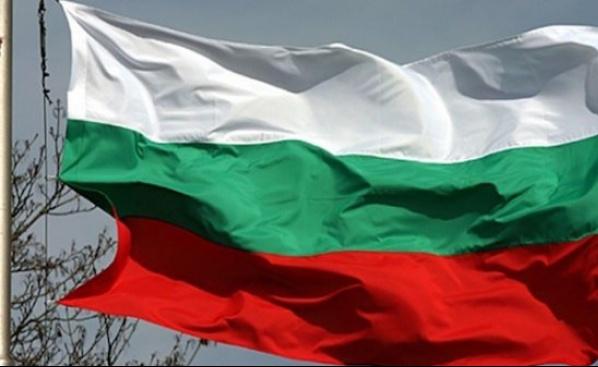 Националният флаг на България посреща влизащите в Шумен от Пети