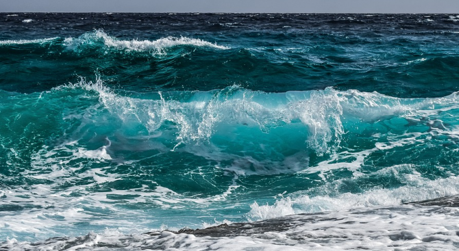 Две момчета се издирват с катери в морето край варненския