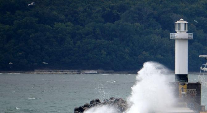 Възобновява се издирването на децата, паднали в морето от вълнолома във Варна