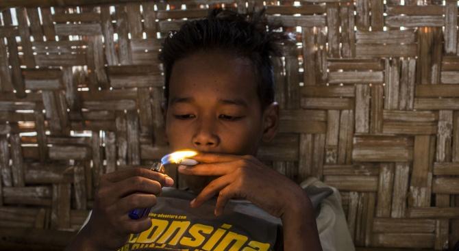 Двегодишно дете от Индонезия пуши по 40 цигари на ден,