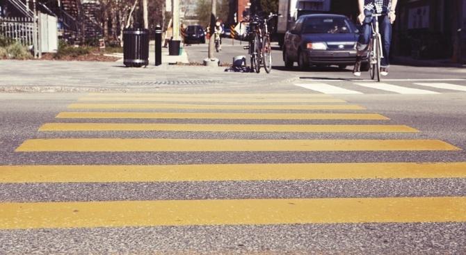 62-годишна жена е блъсната от лек автомобил на пешеходна пътека