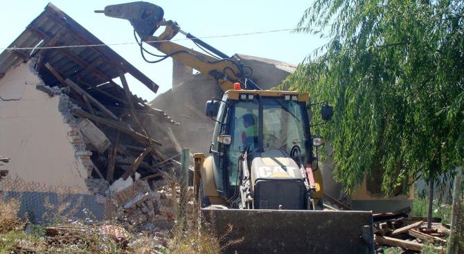 """35 незаконни постройки бяха съборени днес в бургаския квартал """"Горно"""
