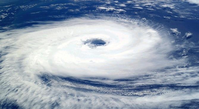 """Тайфунът """"Румбиа"""" връхлетя днес със силни ветрове и проливни дъждове"""