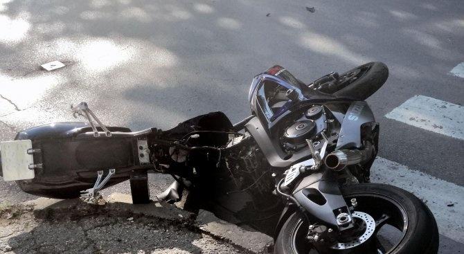 Мотоциклетист е с опасност за живота след катастрофа на бул.
