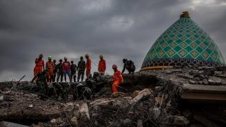 Над 430 души са жертвите на силния трус в Индонезия (снимки + видео)