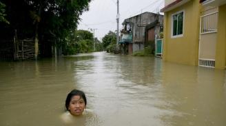 Наводненията във Филипините взеха три жертви (видео)