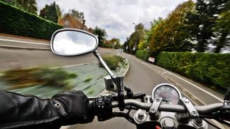 Арестуваха пиян моторист без книжка, след като се заби в мантинела в Пловдивско