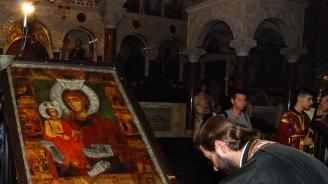 Богомолци от цялата страна изпълниха двора на Бачковския манастир по повод храмовия празник
