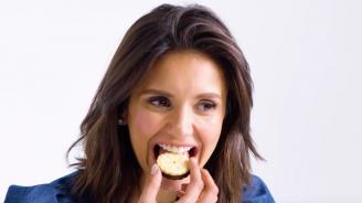 Нина Добрев опита кучешка храна (видео)