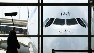 Китайски самолет кацна твърдо в поле до летище в Манила (видео)