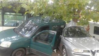 Пореден пиян шофьор помете паркирани коли
