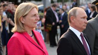 Австрийската външна министърка се омъжи, Путин подари цветя и изпълнение на казашки ансамбъл