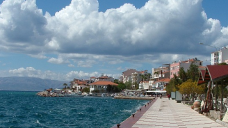Турският курорт Чешме е препълнен, призоваха туристите да не ходят в града