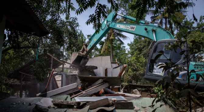 Най-малко петима души са загинали при новите земетресения край индонезийския