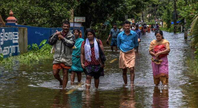 Повече от милион души живеят в лагери след наводненията в Индия (снимки)