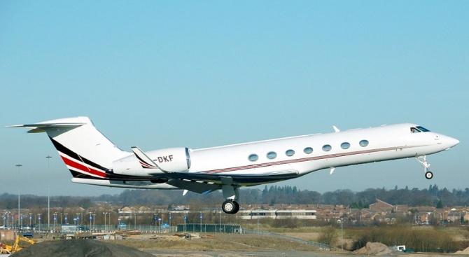 Самолет спука две гуми по време на излитане от малко