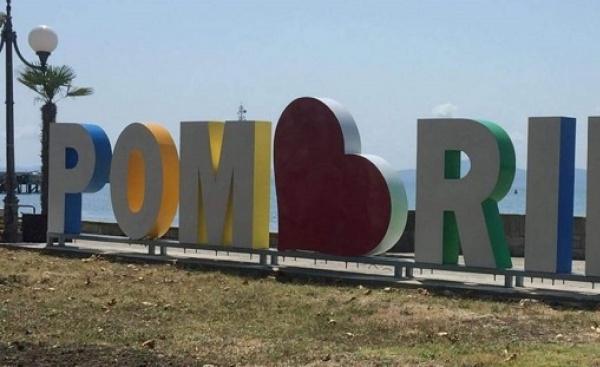 Цветен надпис Pomorie, разположен на крайбрежната пешеходна алея (близо до