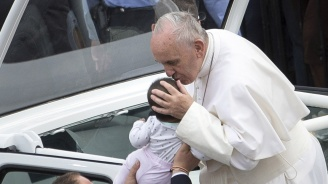 Целувка на папата изцери дете (видео)