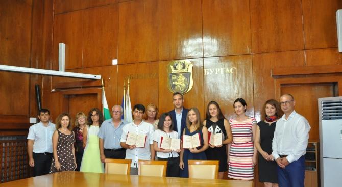 Димитър Николов връчи национални дипломи на бургаски отличници