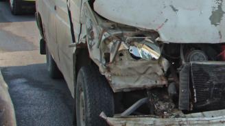 Микробус и кола се удариха на главен път Е-79, има заклещени хора (обновена)