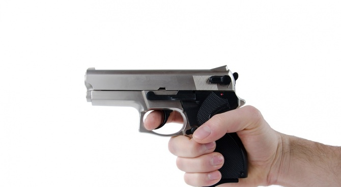 Възрастен мъж стреля срещу частен съдебен изпълнител във Велико Търново