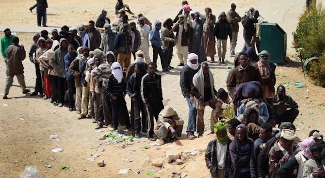 Стотици мигранти са избягали от център за задържане в Либия