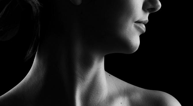 """Скандалната артистка, позирала гола пред """"Мона Лиза"""", се съблече и в светилището Лурд (снимка)"""