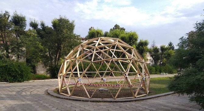 Геосфера с диаметър 9 метра изградиха младежи в Шумен. Тя