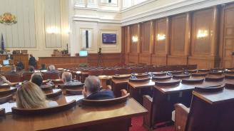 В НС обсъждат без депутатите от БСП законопроекта за задължителните колани в автобусите (снимка)