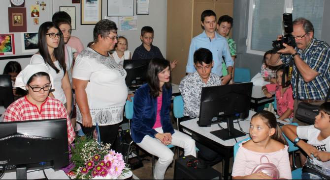 Мария Габриел осигури 6 нови компютърни конфигурации за школа в Хасково (снимки)