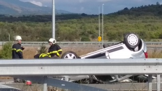 """Кола се преобърна на магистрала """"Струма"""" (снимки)"""