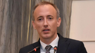 """Министър Вълчев: Ще продължим да намаляваме приема в направленията """"Икономика"""", """"Администрация и управление"""", """"Туризъм"""", """"Психология"""" и """"Право"""""""