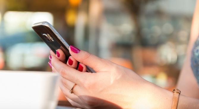Телефонът на жена с бебе на ръце се взриви (видео)